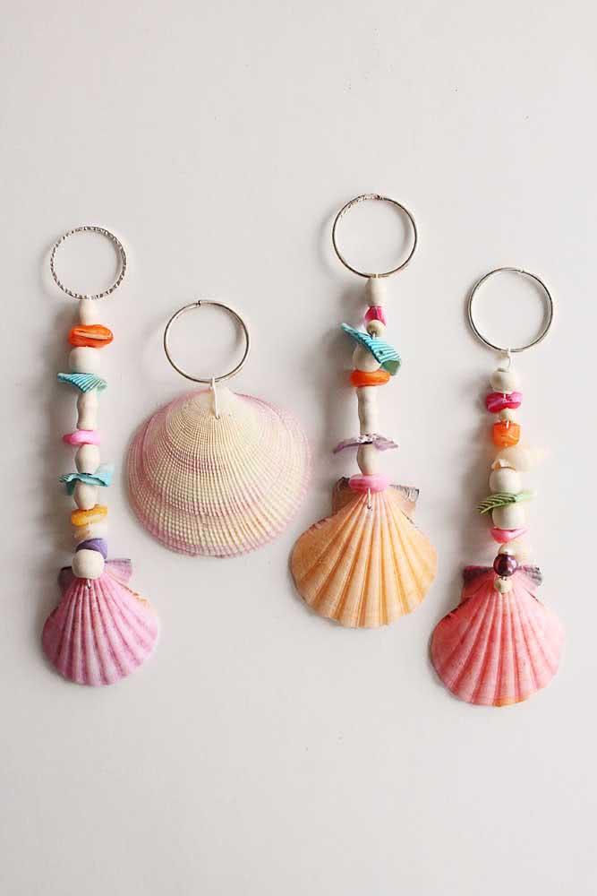 Artesanato com conchas do mar coloridas: chaveiros que você pode presentear