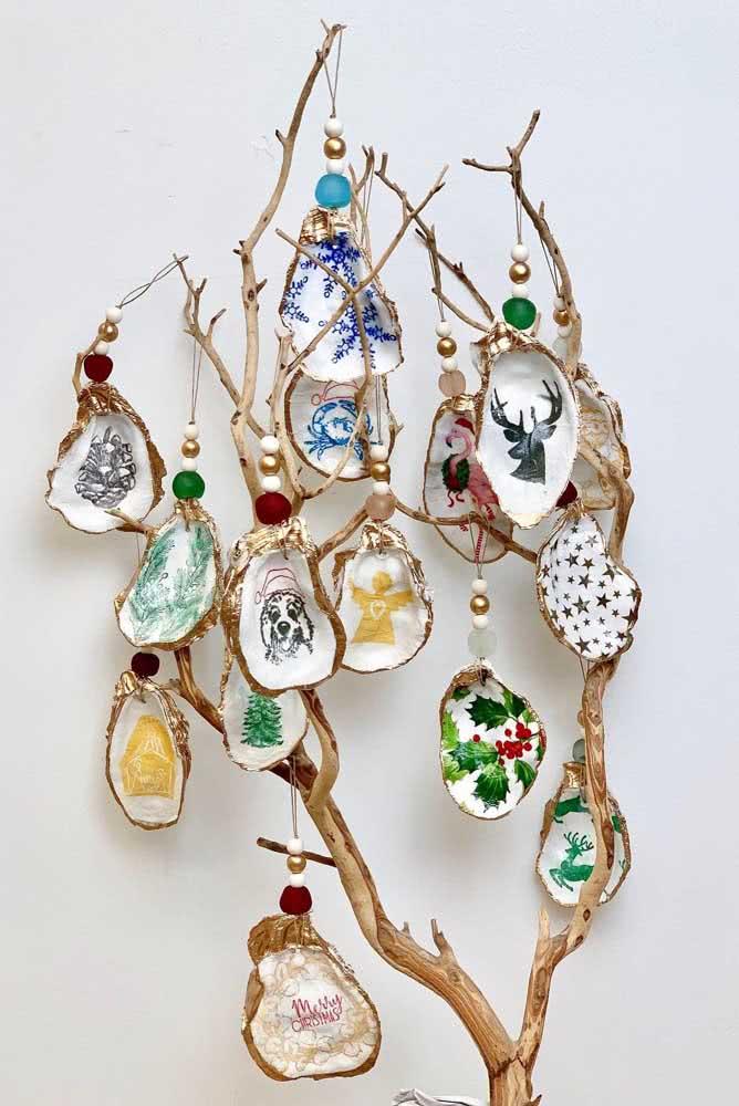 Árvore de galhos secos decorada com conchas pintadas a mão