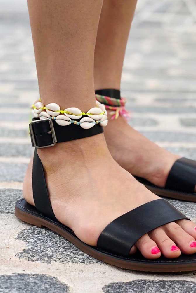 Tornozeleira feita com conchas e búzios para adornar os pés