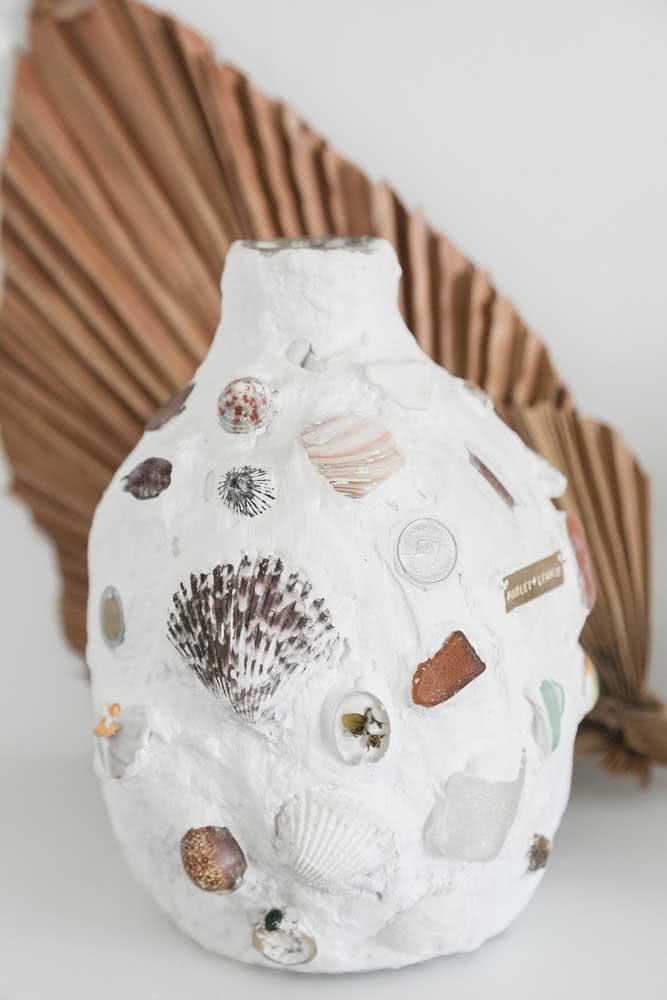 Aqui, a garrafa de vidro ganhou nova cara com o artesanato de conchas marinhas