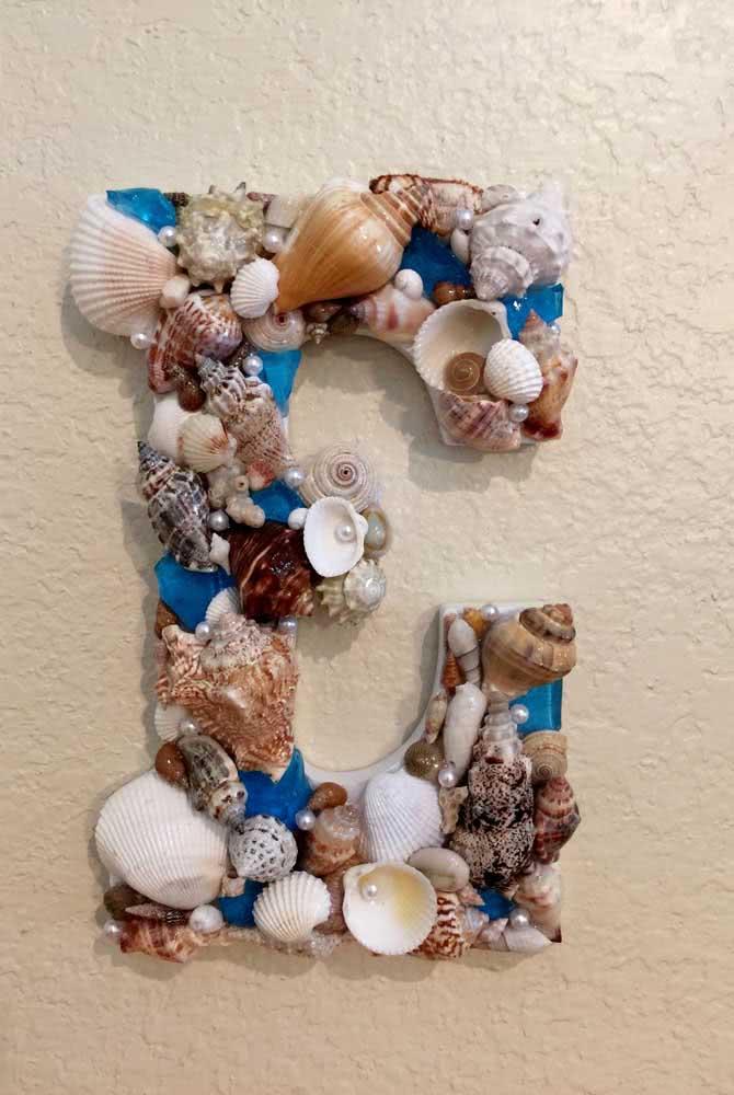 Decore letras com conchas do mar. Uma boa opção de artesanato para quartos infantis