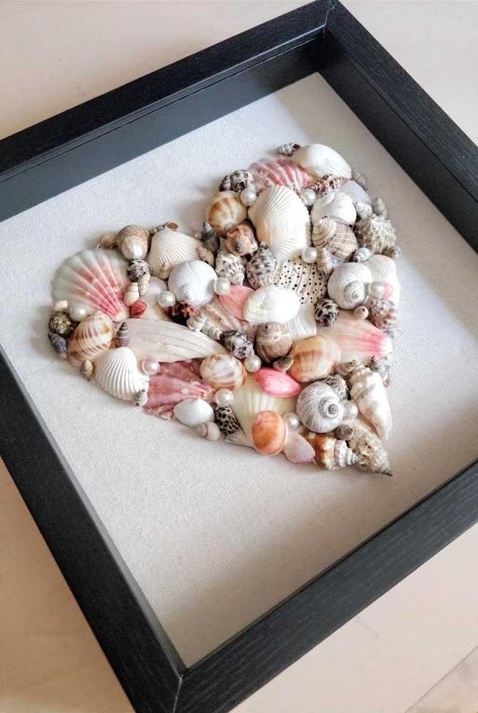 Um coração de conchas emoldurado. Simples e bonito!
