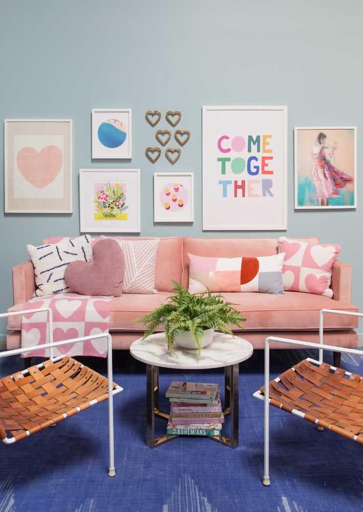 Contraste divertido e animado entre o sofá rosa e a parede e o tapete azul