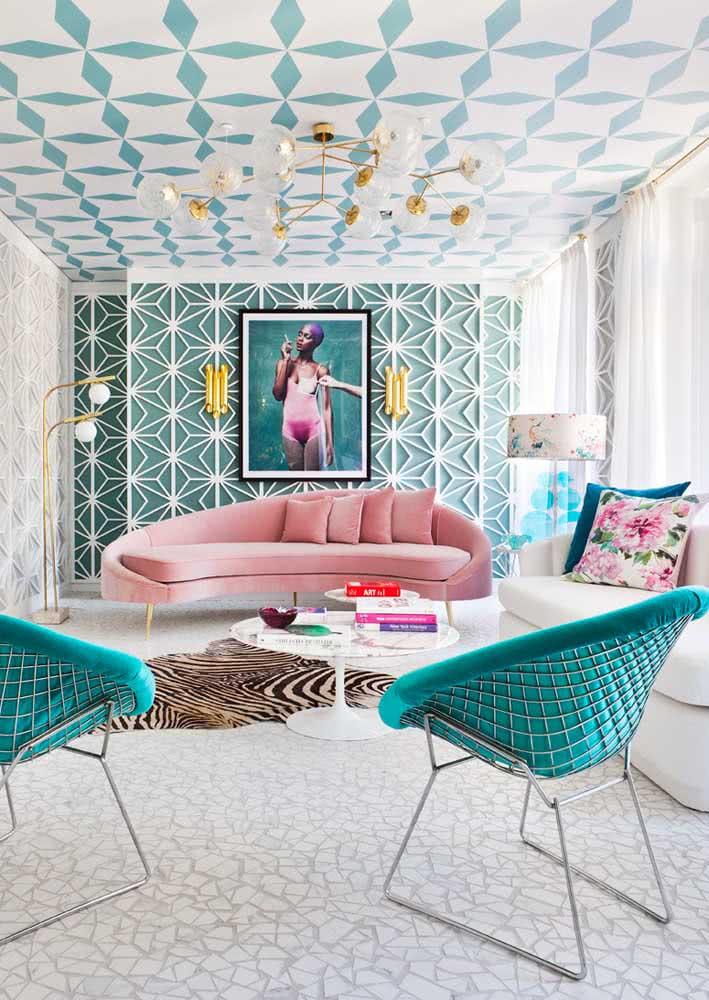 Sofá rosa com design contemporâneo valorizado pela decoração em tons de azul, branco e dourado