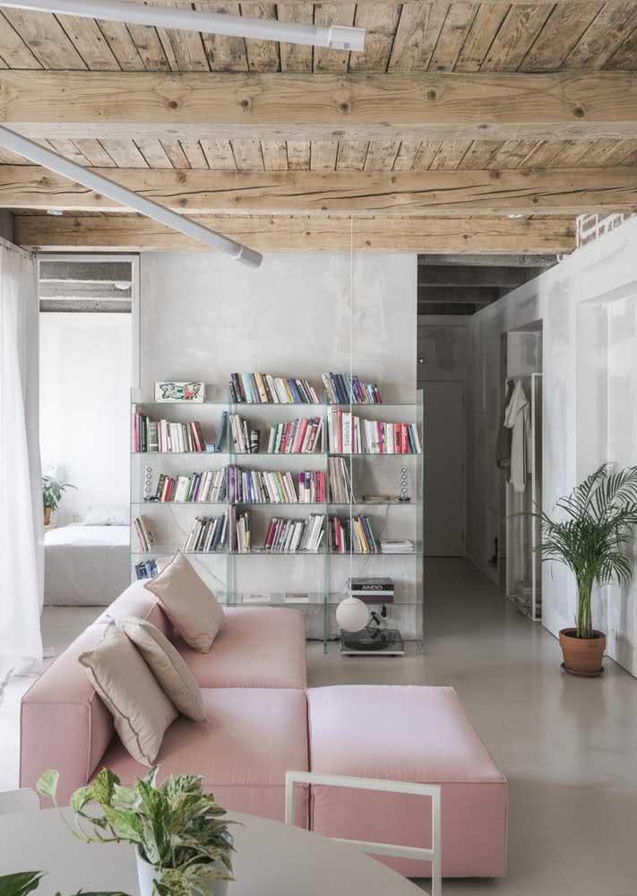 Sofá rosa claro para contrastar com o teto rústico de madeira