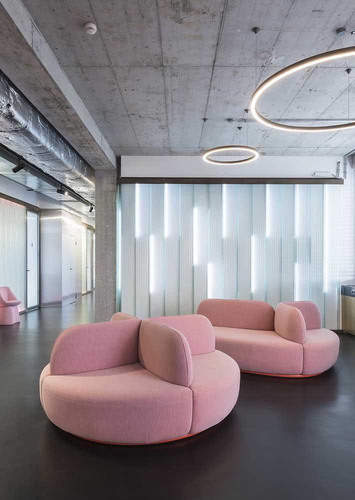 Um sofá rosa cheio de estilo, topa?