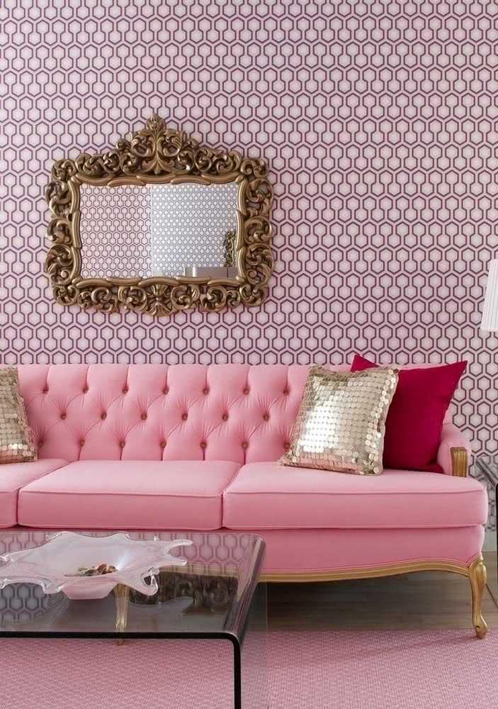 Sofá rosa com design vitoriano para uma sala nada básica