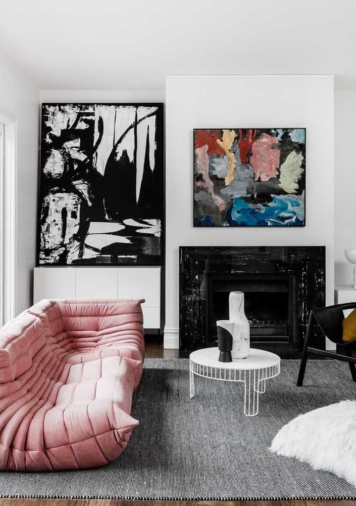 Sofá rosa moderno trazendo cor para a sala de estar branca, preta e cinza