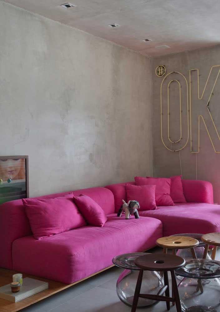 Uma parede de cimento queimado para fugir da ideia de sofá de casinha de boneca