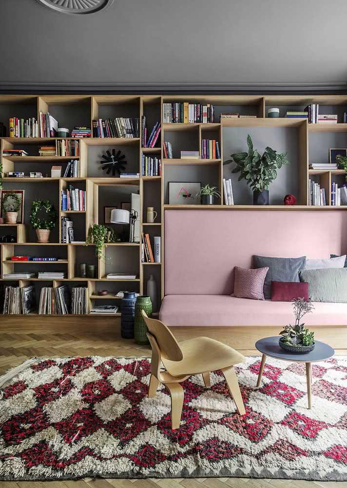 Sofá rosa e decoração neutra combinam? Sim!