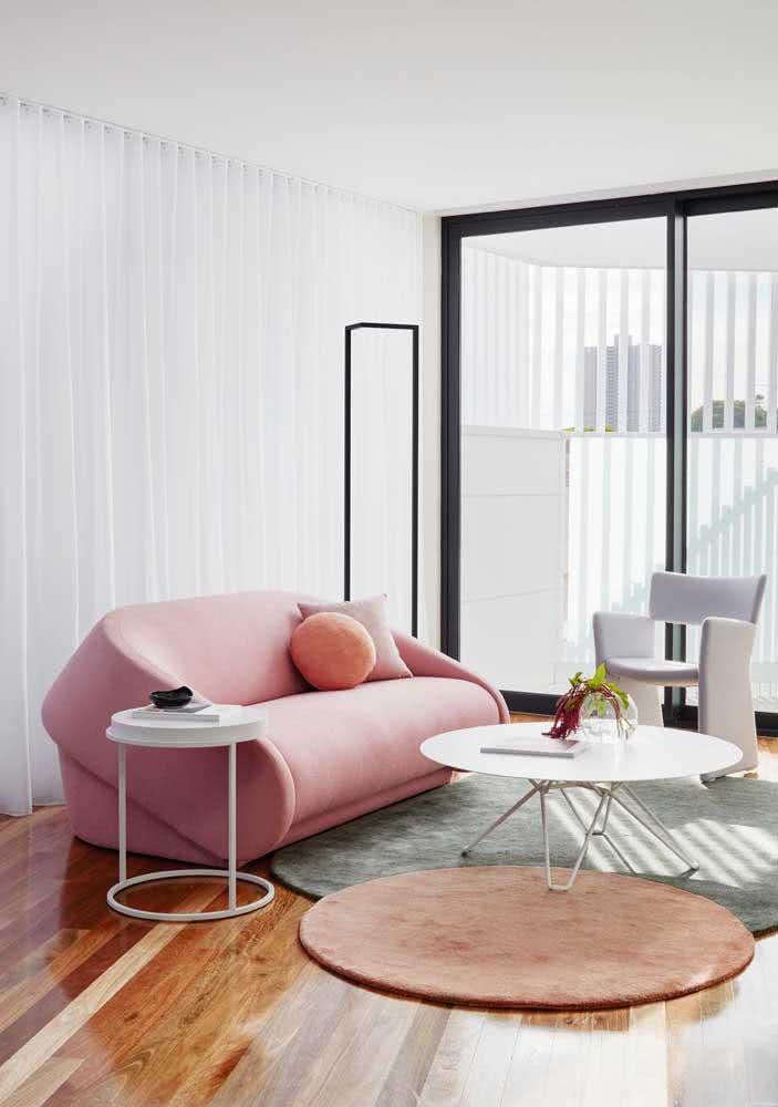 Sala de estar minimalista com sofá rosa