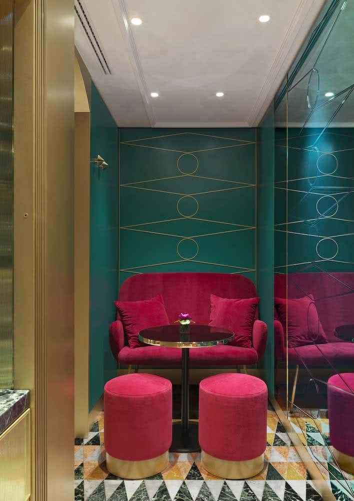 Aquele efeito UAU que você só consegue com um sofá rosa de veludo e uma parede verde esmeralda