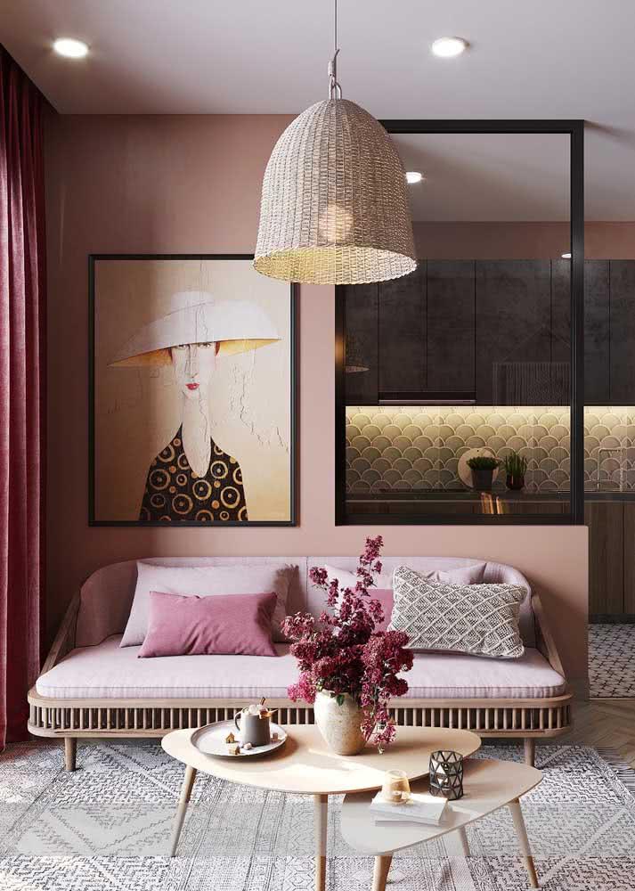 Elementos naturais, como a palha, são grandes amigos do sofá rosa