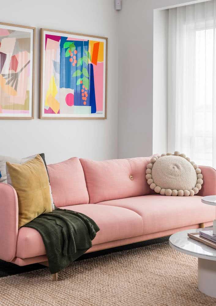 Como fazer uma decoração com sofá rosa clean e moderna? A imagem a seguir explica