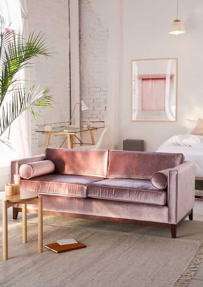 Sofá rosa de veludo chiquérrimo para combinar com a sala boho