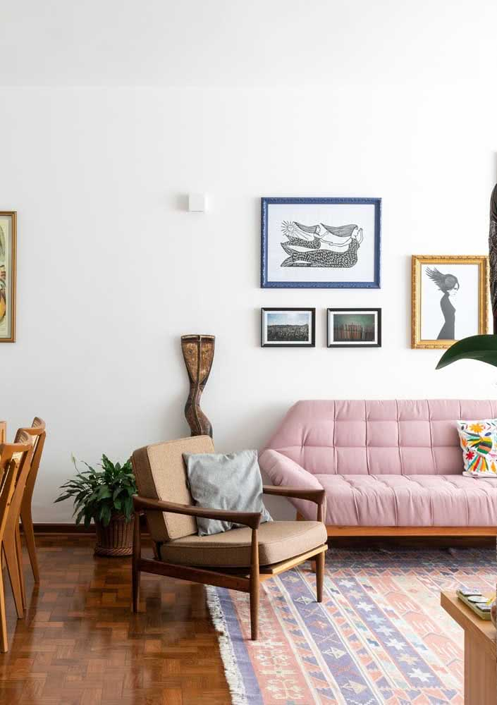 Sofá rosa queimado na sala de estar com detalhes em madeira
