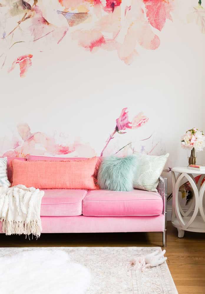 Quer uma sala romântica e feminina? Então um sofá rosa combinado ao papel de parede floral é a pedida perfeita