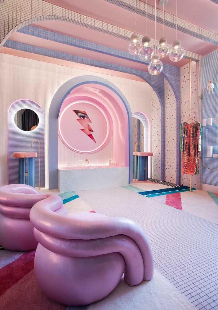 Um sofá rosa ousado para uma sala igualmente ousada