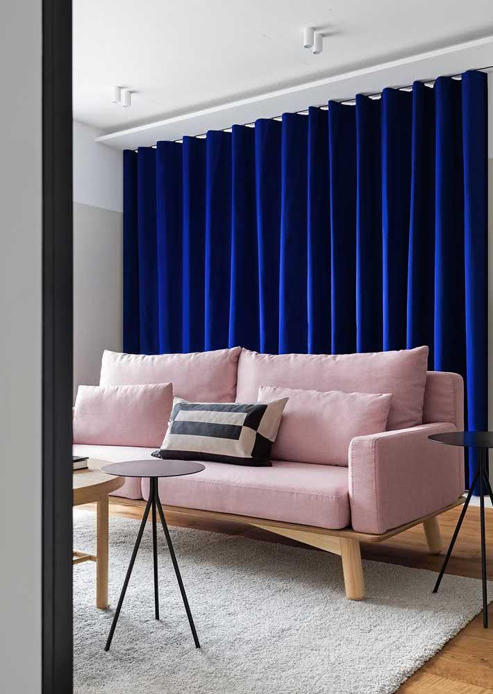 A combinação perfeita entre o sofá rosa chá e a cortina azul royal