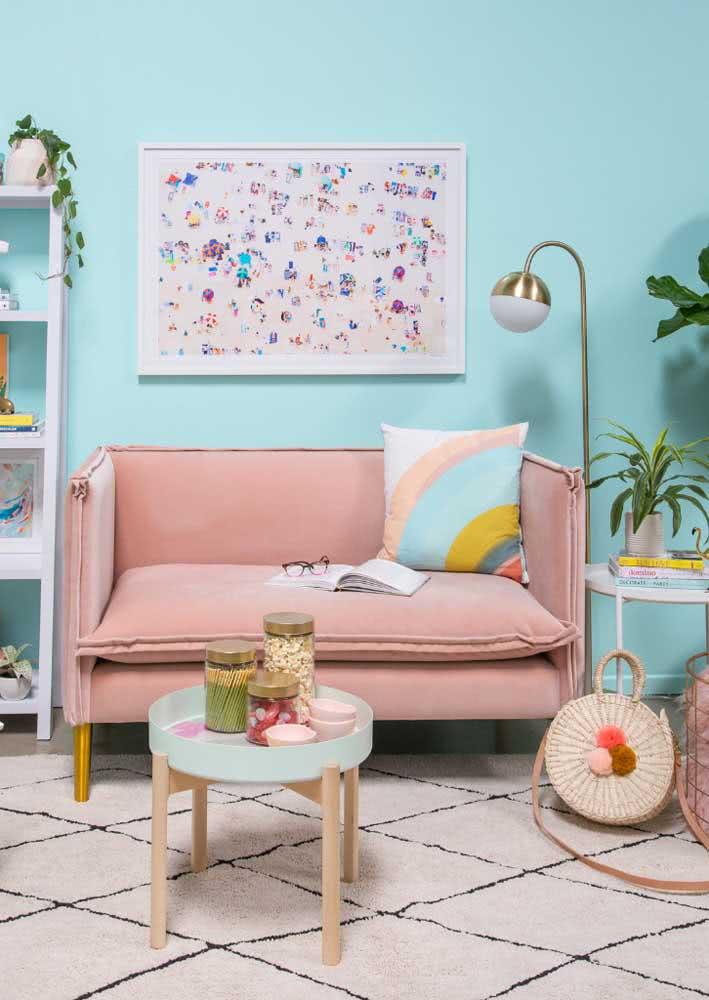 Sofá rosa, parede azul e uma sala para morrer de amor