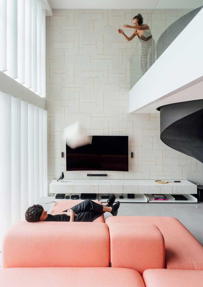 Branco, cinza e um sofá rosa no meio