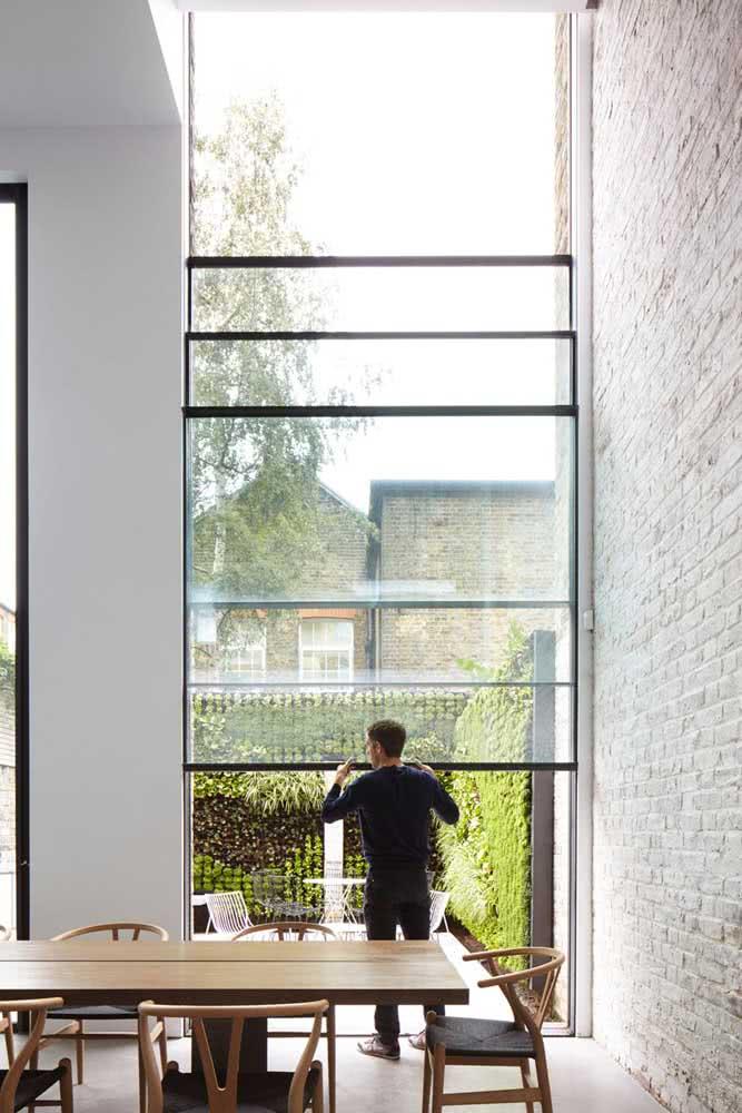 Gigante, essa janela guilhotina traz beleza e funcionalidade para a sala da casa moderna