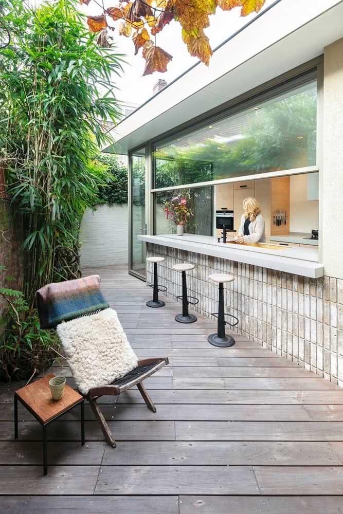 Uma janela guilhotina para separar o lado interno e externo da casa, além de conferir um charme a mais para o balcão