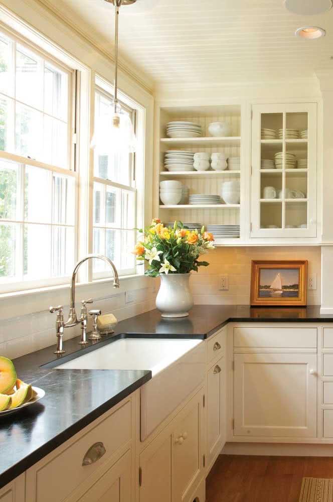 Janela guilhotina de madeira para uma cozinha iluminada