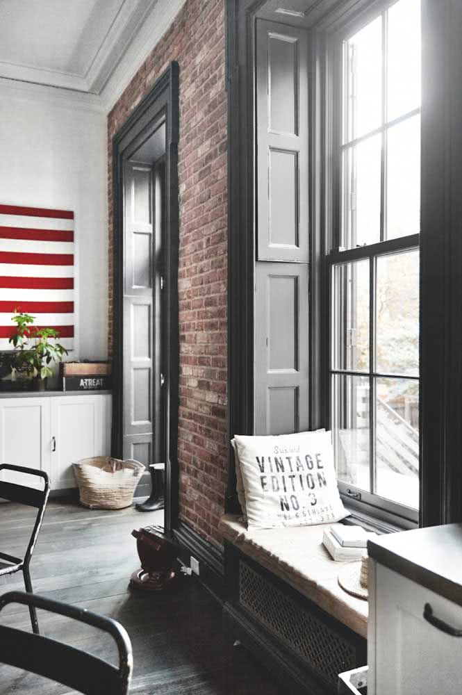 O estilo industrial ganhou um toque de conforto com a janela guilhotina com veneziana