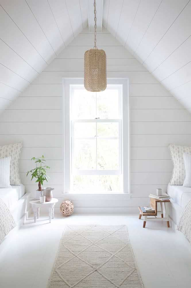 A janela guilhotina branca para o quarto traz um clima aconchegante e rústico