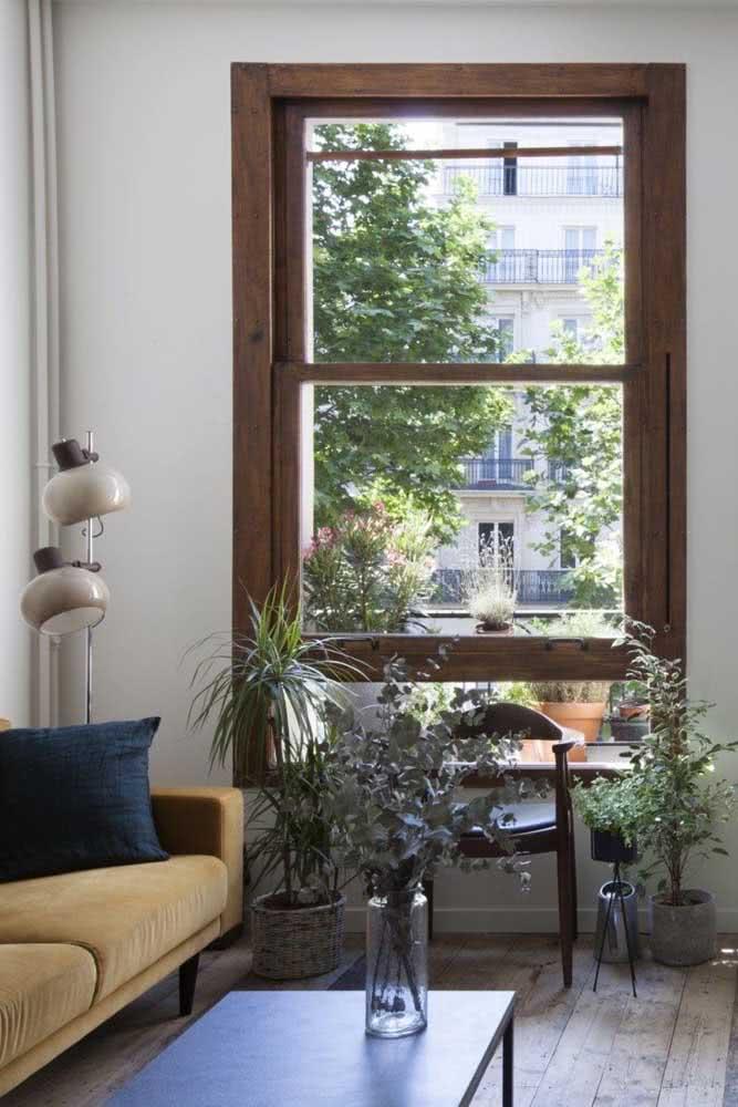 Que tal um janela guilhotina de madeira de demolição para a sala de estar?