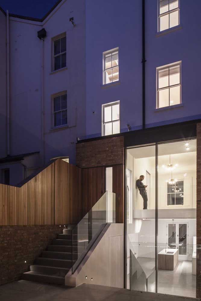 Sobrado moderno com janelas guilhotinas para os ambientes superiores