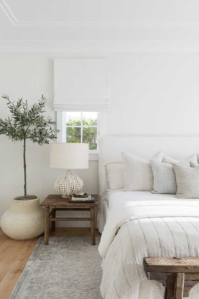 Pequena, branca e simples iluminando o quarto do casal