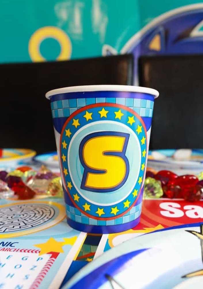 Os copos também ganham personalização com a letra inicial de Sonic