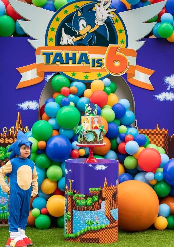 Uma cachoeira de balões! Igual as cachoeiras famosas do jogo Sonic. Destaque ainda para o aniversariante fantasiado no tema da festa