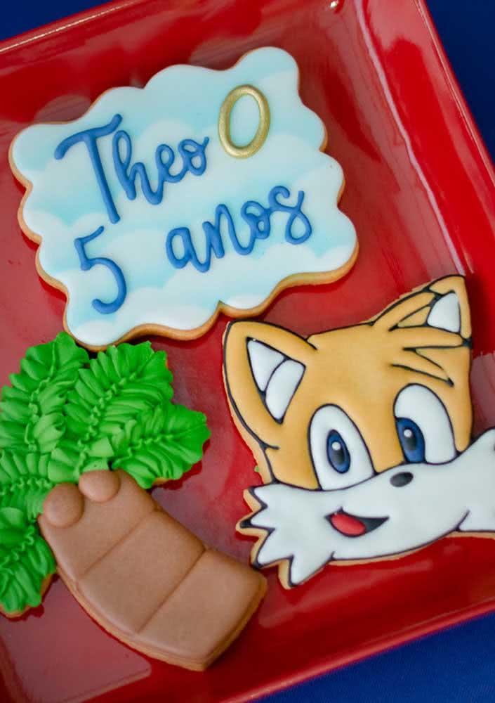 A cobertura pode ser feita com pasta americana ou glace real, o mesmo usado para biscoitos de natal