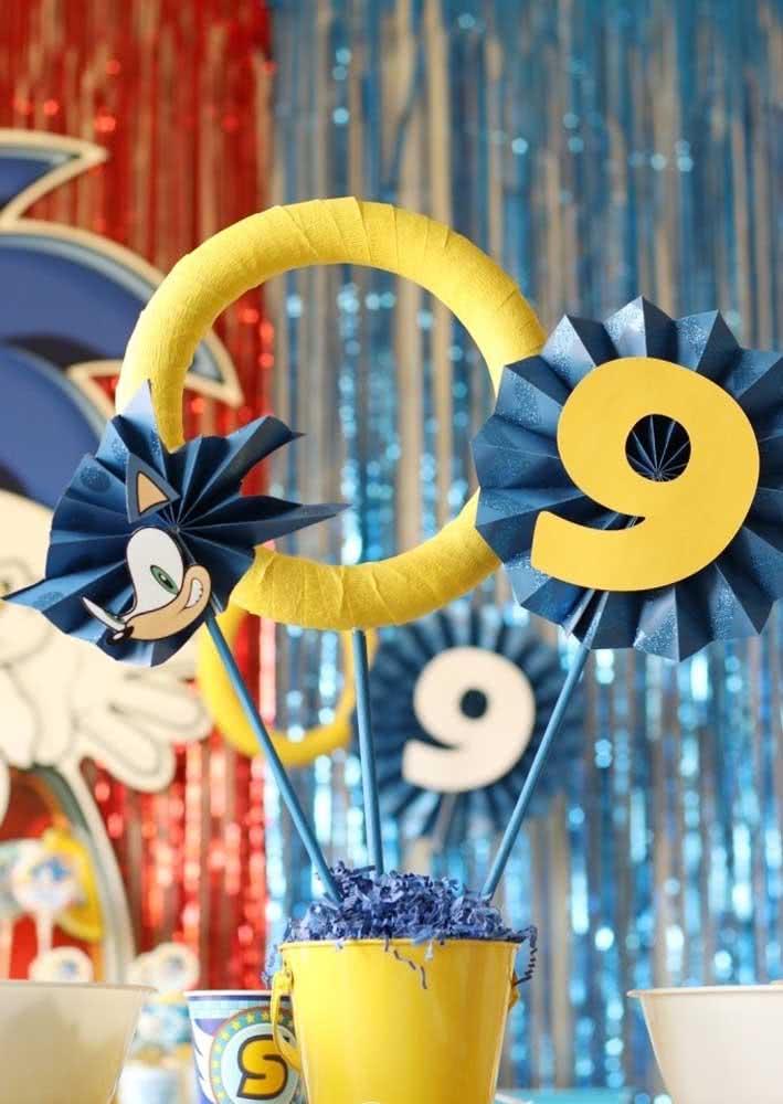 Centro de mesa para festa Sonic: argolinhas e a idade do aniversariante em destaque