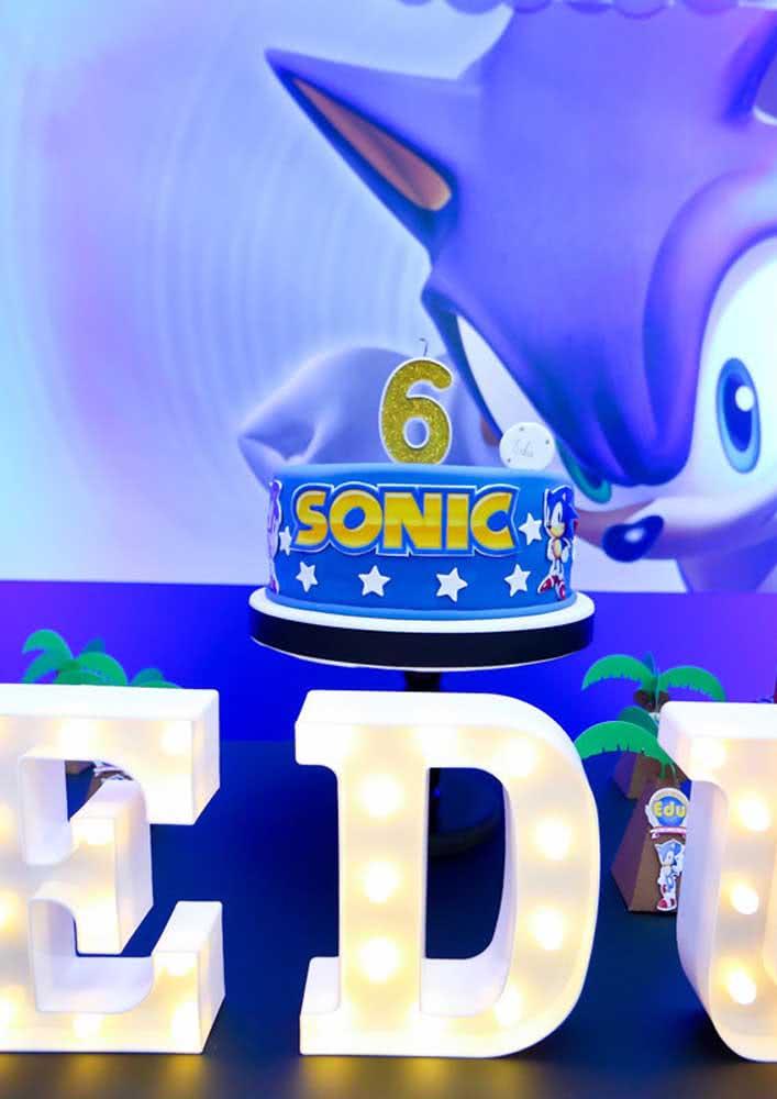 Bolo Sonic simples decorado com pasta americana e estrelinhas