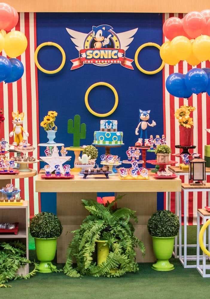 Festa Sonic com painel azul e tapete de grama sintética. As crianças vão se sentir dentro do jogo