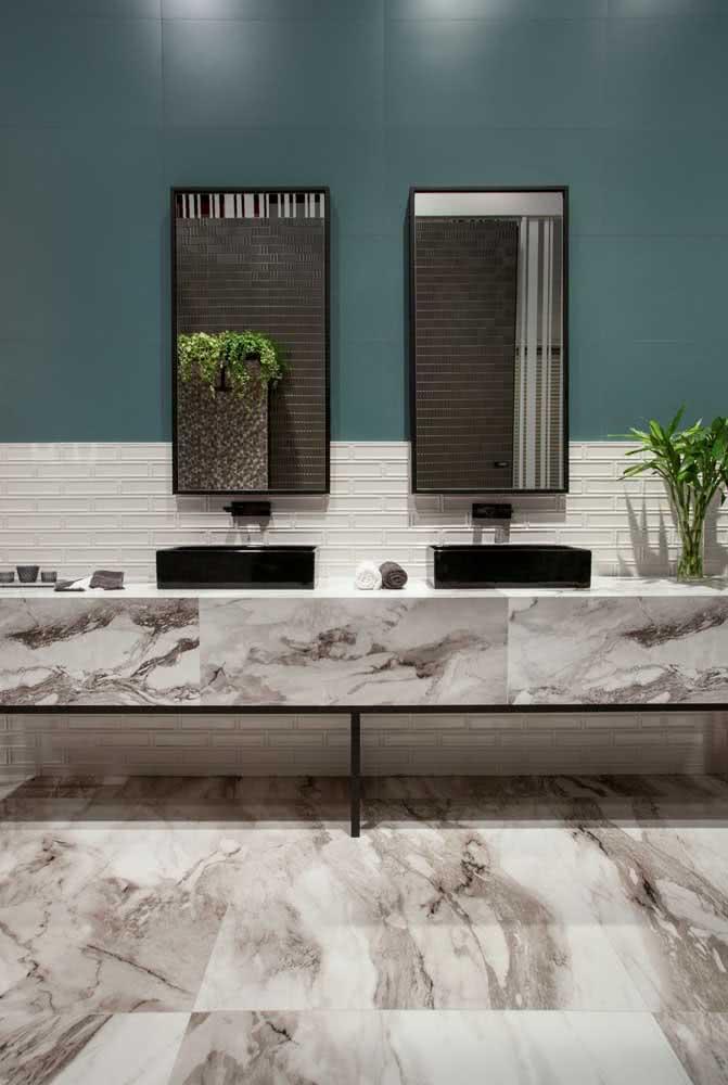 Bancada de porcelanato marmorizado para o banheiro. Repare na integração visual com o piso do mesmo material