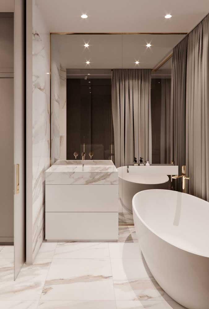 A bancada de porcelanato permite um projeto muito mais uniforme e integrado, já que a mesma peça usada na superfície pode ser utilizada como revestimento nas paredes e no piso