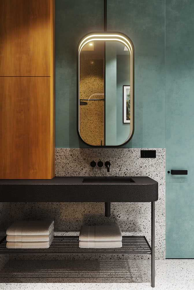 E o que acha de uma bancada de porcelanato preto para o banheiro? Um luxo só!
