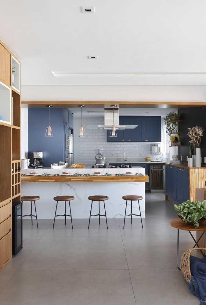 Aqui nessa cozinha, balcão e bancada se beneficiam da estética clean do porcelanato