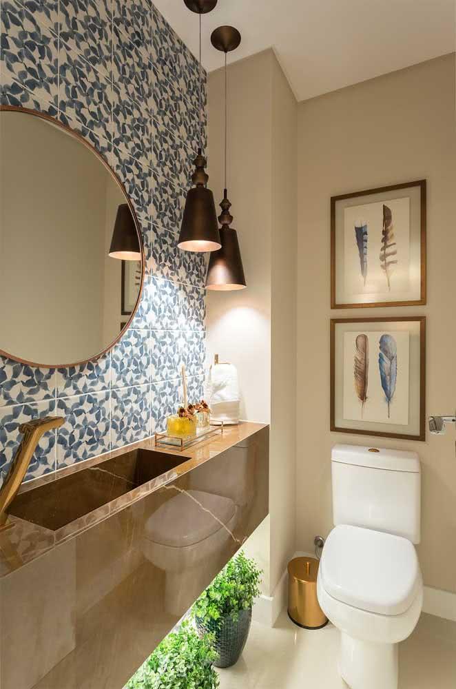 Já nesse outro banheiro, a bancada de porcelanato traz o efeito marmorizado