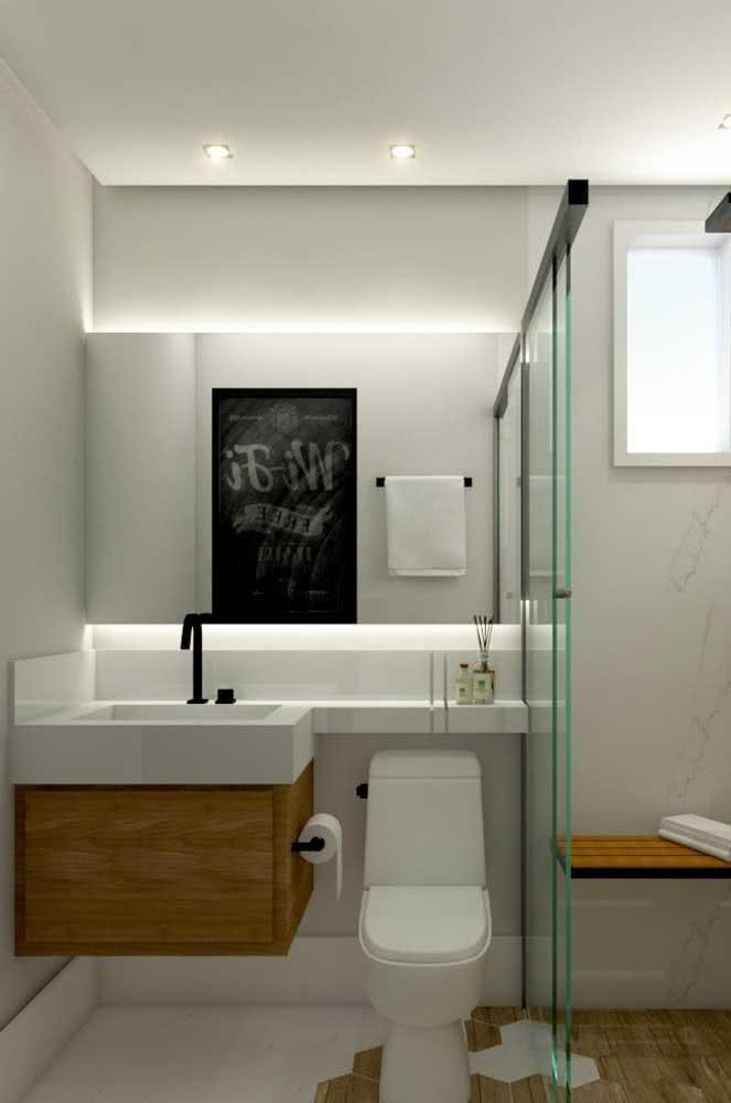 Para banheiros pequenos a dica é estender um pouco mais a bancada até ela alcançar o vaso sanitário. Dessa forma você ganha um pouco mais de espaço sobre a bancada