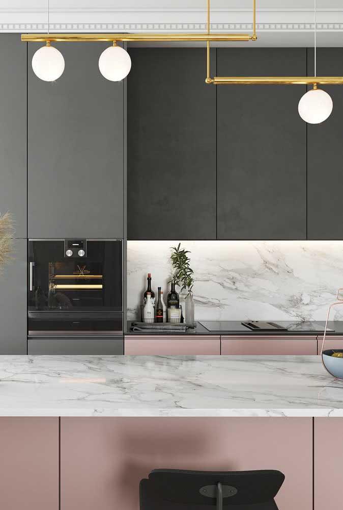 A cozinha moderna ganhou bancada de porcelanato marmorizado igual ao utilizado na parede