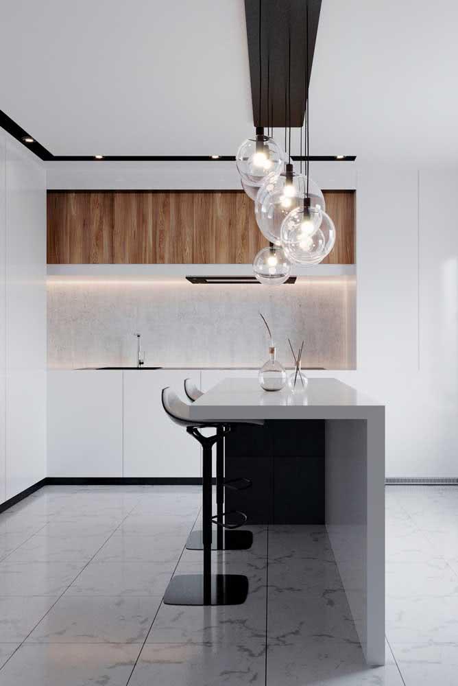 Bancada de porcelanato para a cozinha. A integração entre os ambientes é determinada por ela