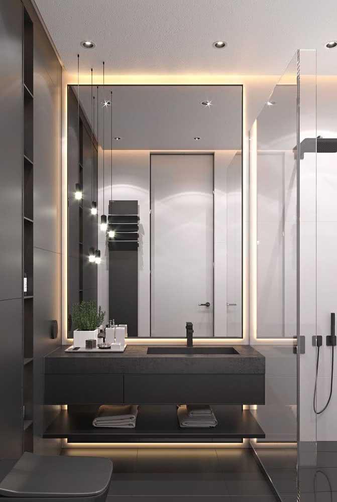 Bancada de porcelanato preto para o banheiro. O vidro fumê realça a escolha da cor no projeto