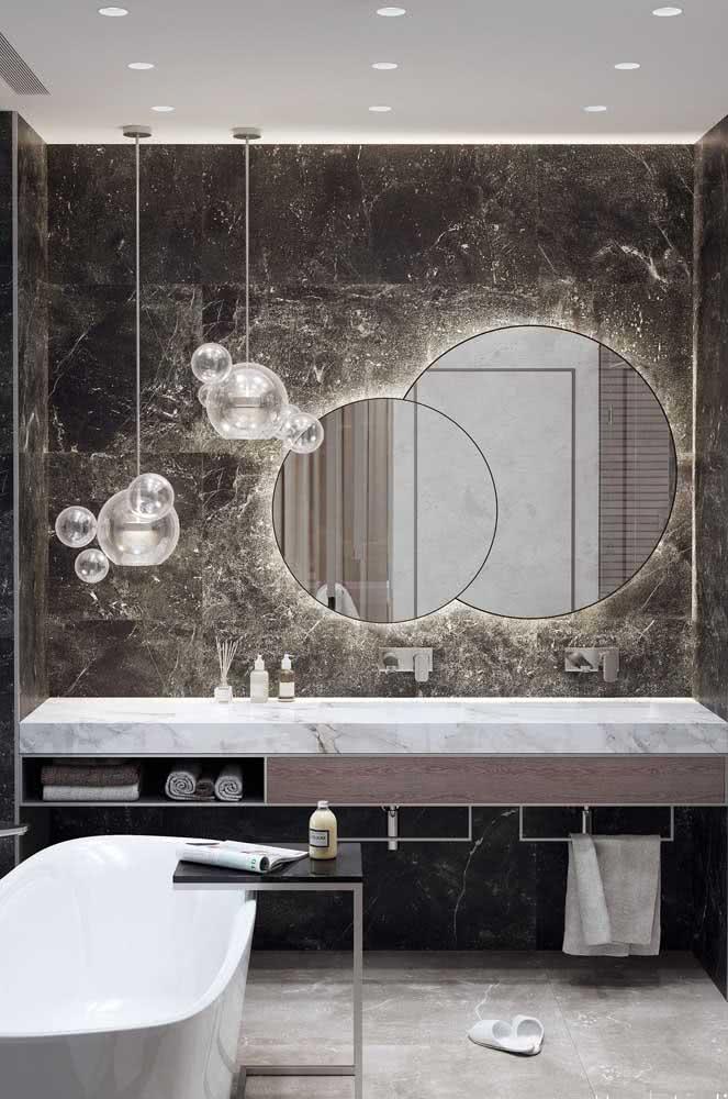 A versatilidade do porcelanato permite que você use o material tanto na parede, quanto no piso e na bancada