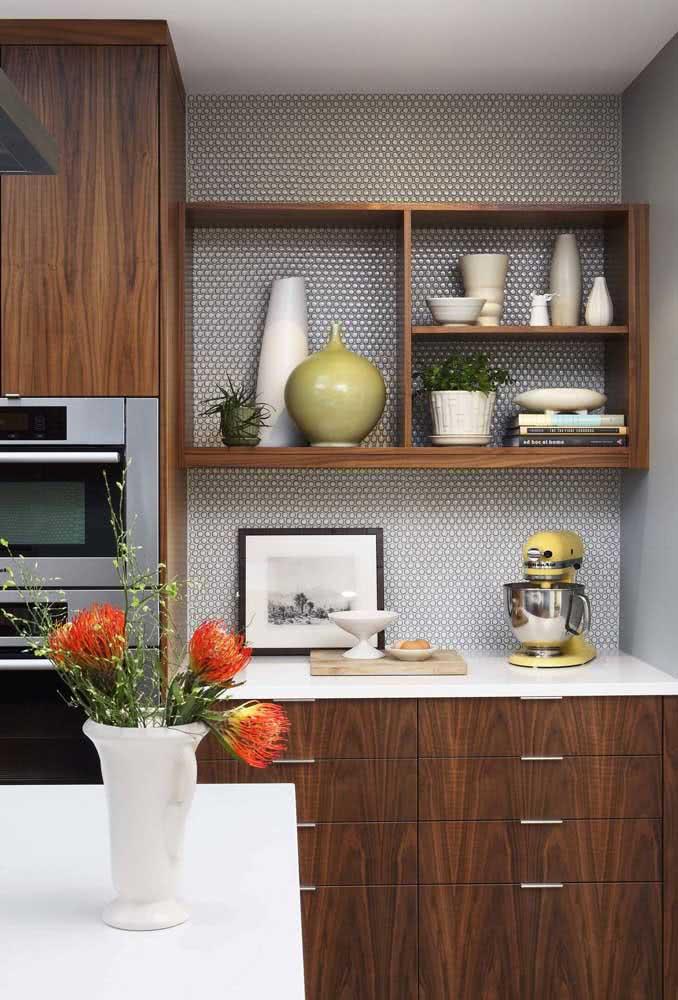 Porcelanato branco na bancada para uma cozinha clean